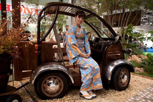 LIXILのブース 家具クリエイターKOMA氏とのコラボ電気自動車