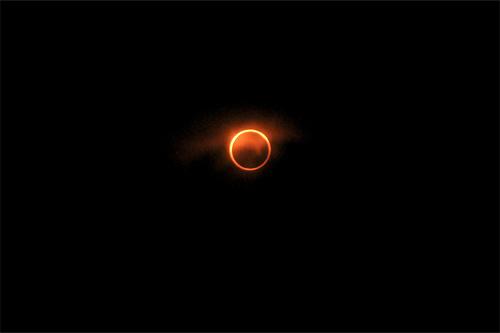 雲がかかって燃えるような金環日食