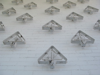 青森県立美術館 外壁の蛍光灯