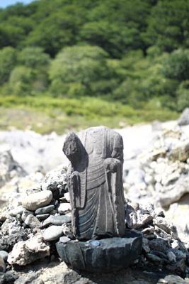 首のない石像