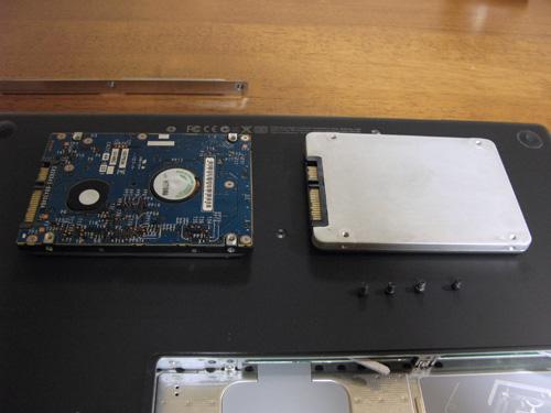 HDD(左)とSSD(右)の比較